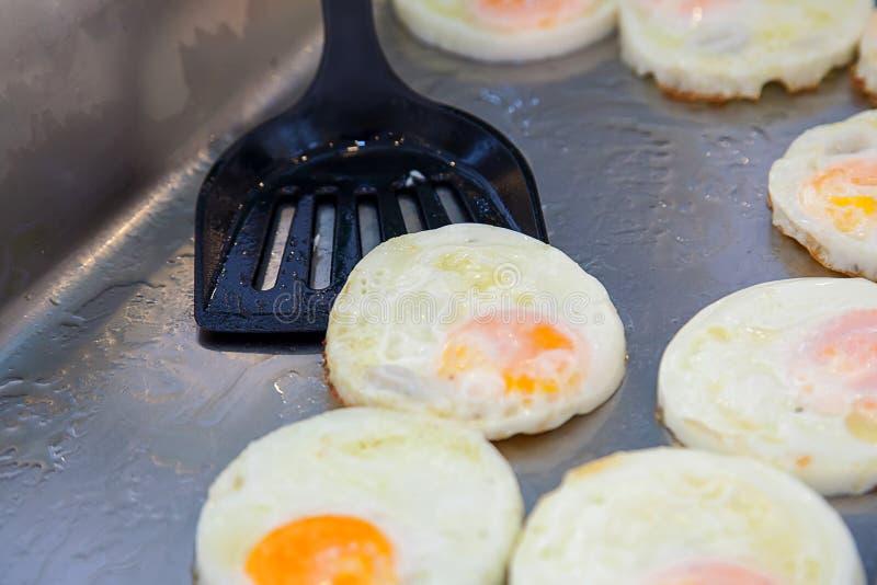 在盘子的煎蛋为早晨冲击 英式早餐自助餐在旅馆里 库存图片