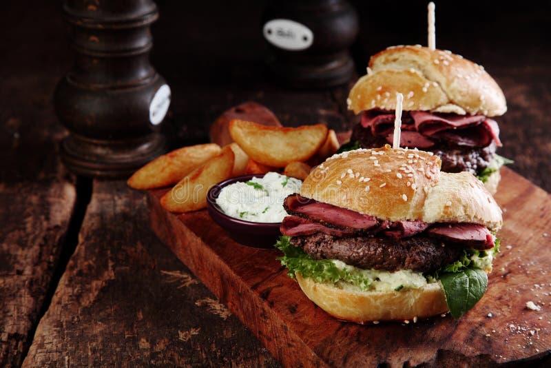 在盘子的牛排汉堡用土豆和垂度 免版税图库摄影