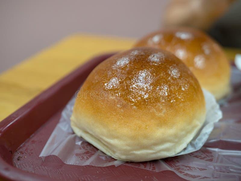 在盘子的被烘烤的猪肉小圆面包在用餐小餐馆的小粤式点心 免版税库存照片