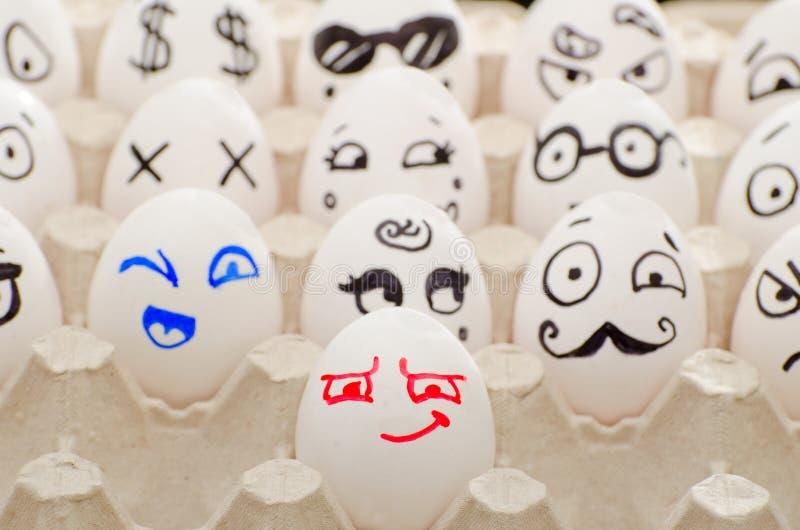 在盘子的被绘的鸡蛋,微笑,闪光, Poirot 库存图片