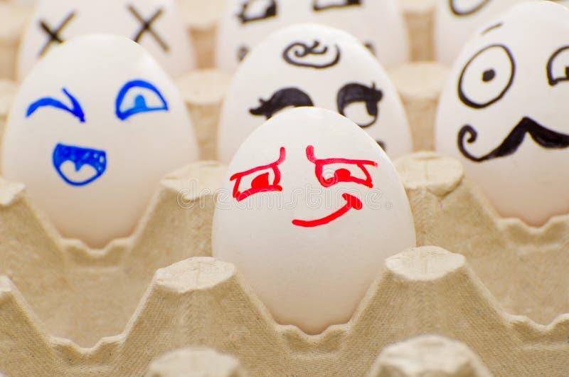 在盘子,狡猾,快乐,赫丘勒・白罗的被绘的鸡蛋 免版税库存照片