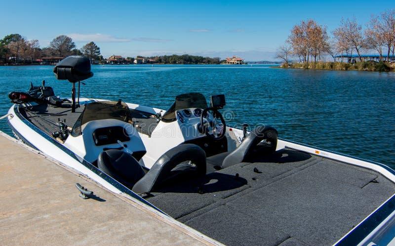 在盘旋渔夫捕鱼海岛湖山天堂美丽如画的s的秋天天蓝色的小船附近小 免版税库存图片