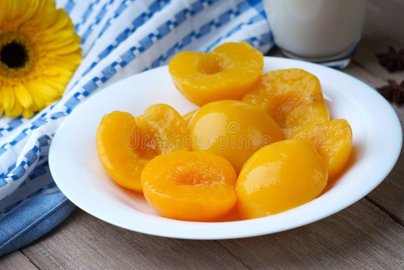 在盘的桃子 免版税库存照片