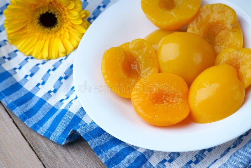 在盘的桃子 库存图片