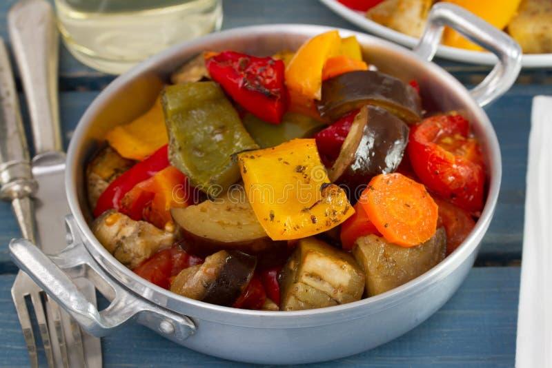 Download 在盘的煮沸的菜 库存图片. 图片 包括有 午餐, 蔬菜, 叉子, 刀子, 饮食, 茄子, 正餐, 准备, 蕃茄 - 30334963