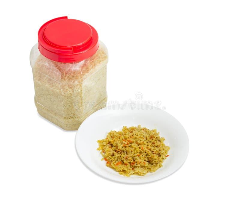 在盘的煮熟的米和在塑胶容器的未煮过的米 库存照片