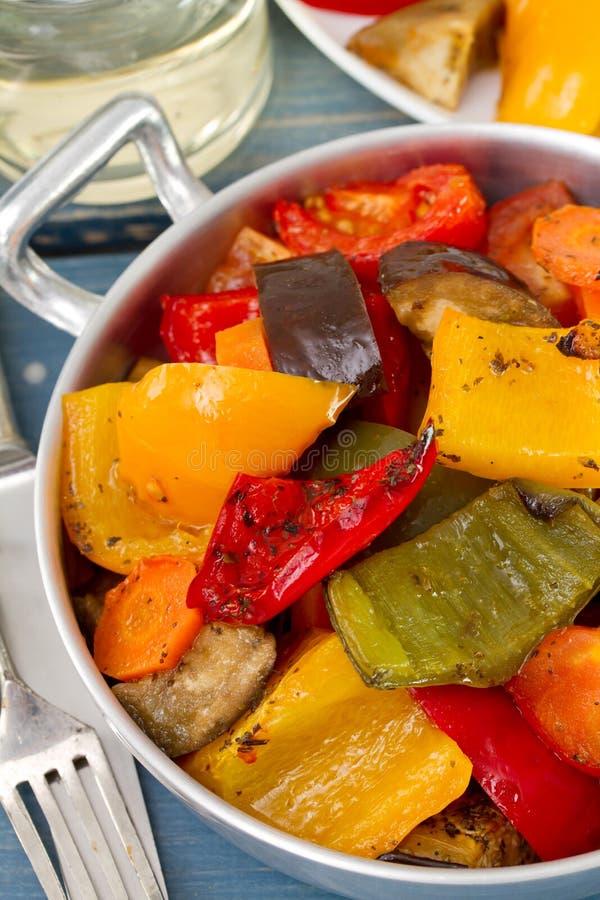 Download 在盘的菜与叉子 库存图片. 图片 包括有 准备, 红萝卜, 健康, 细菌学, 膳食, 刀子, 装饰, 茄子 - 30334977