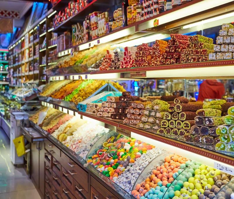 在盛大义卖市场的传统土耳其快乐糖甜点在伊斯坦布尔,土耳其 库存图片