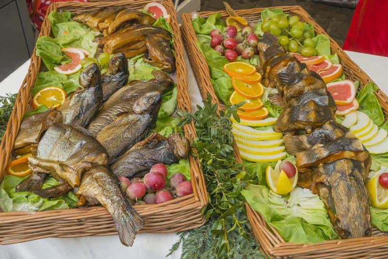 在盛肉盘的油煎的鱼 免版税库存图片