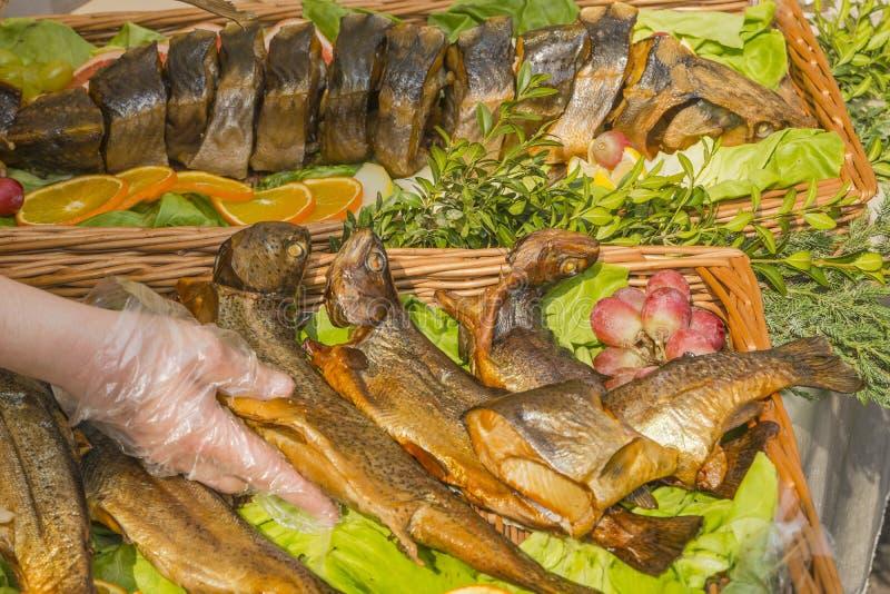 在盛肉盘的油煎的鱼 图库摄影