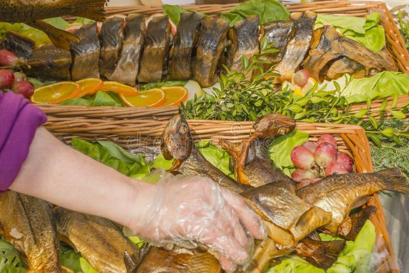 在盛肉盘的油煎的鱼 免版税库存照片