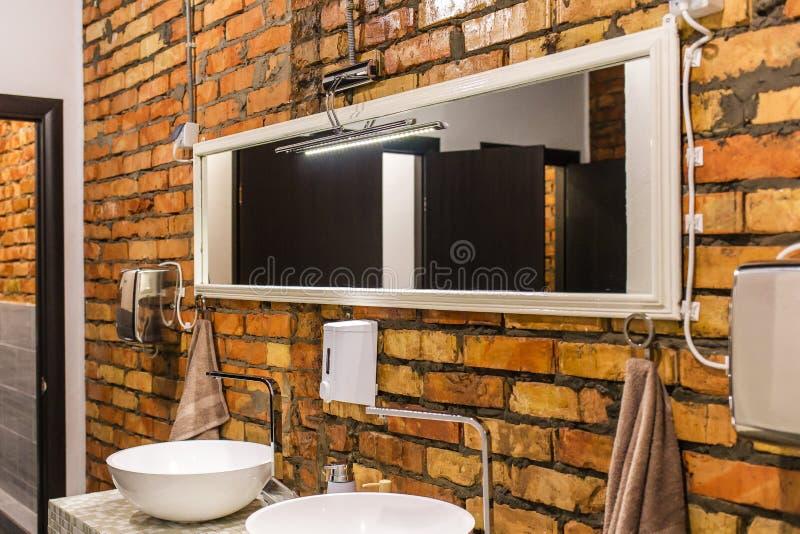 在盥洗盆上的镜子在洗手间 免版税库存照片