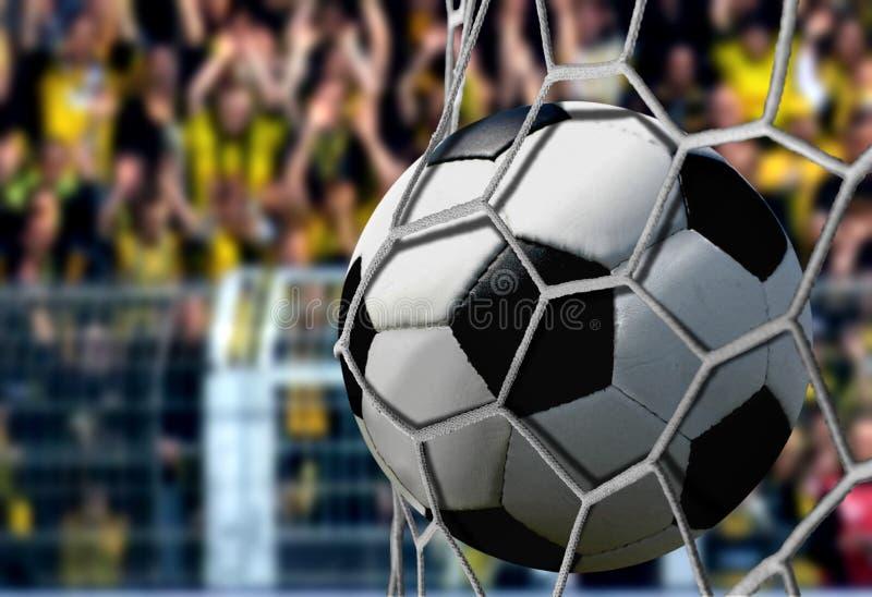 在目标网的球与欢呼的观众 库存照片