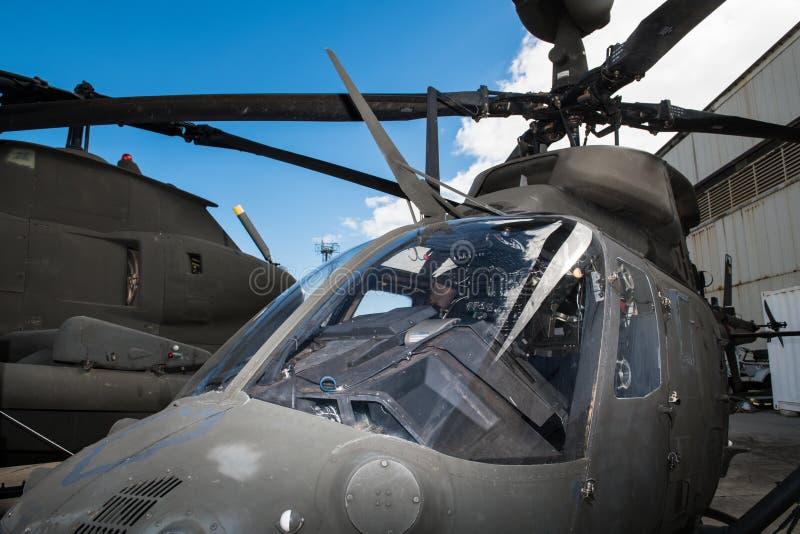在直升机场的美国军事直升机客舱 库存照片