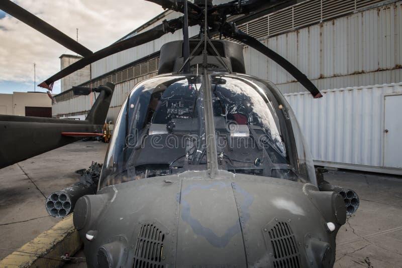 在直升机场的美国军事直升机客舱 免版税库存图片