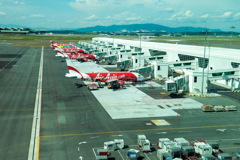 在相互的KLIA2的雪邦,马来西亚亚洲航空飞行 免版税库存图片