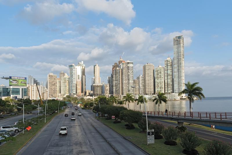在相互美国高速公路后的地平线在巴拿马市 免版税库存照片