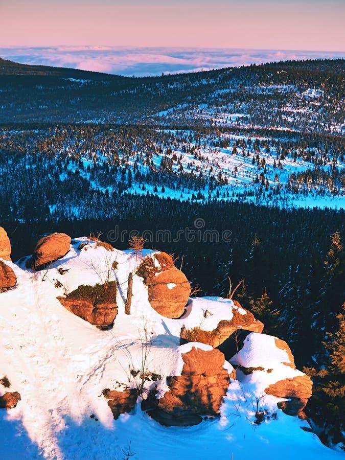 在相反薄雾冬天冷气候上的岩石峰顶在山, 库存图片