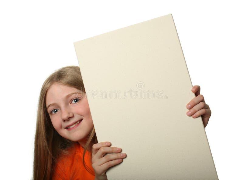 在相当偷看的广告牌空白女孩 免版税库存照片