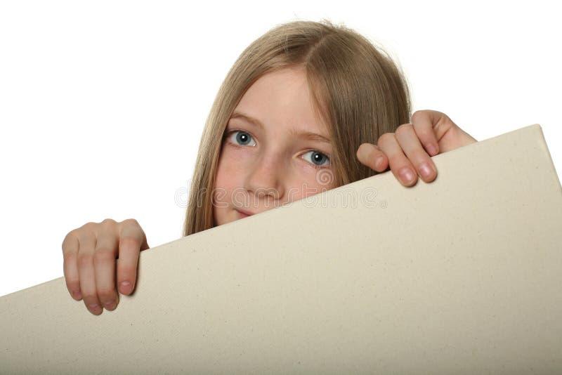 在相当偷看的广告牌空白女孩 免版税库存图片