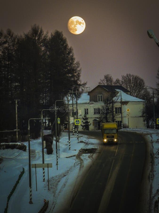 在省镇的满月在中央俄罗斯 免版税图库摄影