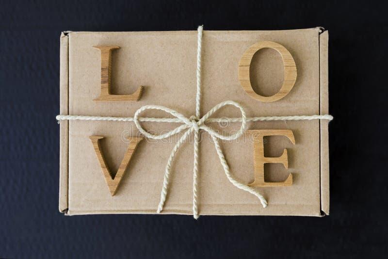 在眉头礼物盒的情书有纸串丝带的 免版税库存图片