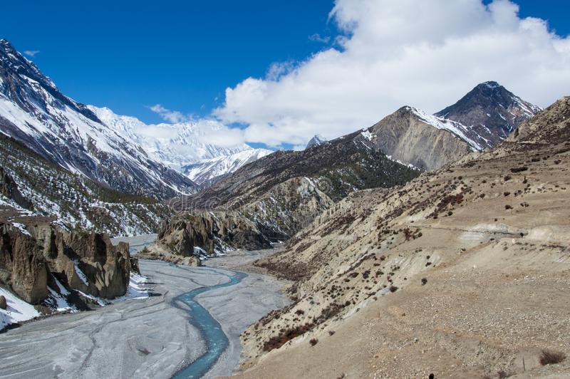 在看往往Tilicho湖艰苦跋涉和安纳布尔纳峰电路的连接点的安纳布尔纳峰电路,尼泊尔的Manang附近 免版税图库摄影
