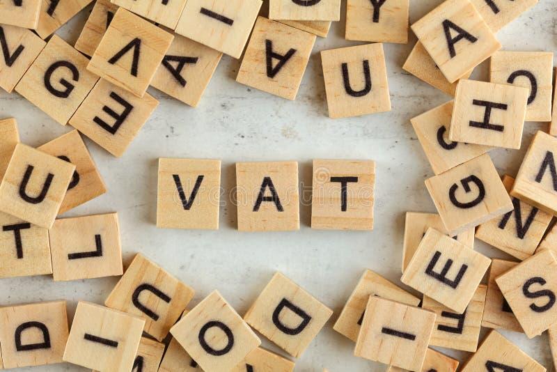 在看法下的上面,堆与信件VAT的方形的木块代表在白板的增值税 免版税库存照片