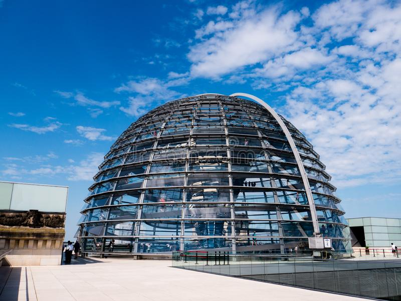 在看法之外的Reichstag圆屋顶 库存照片