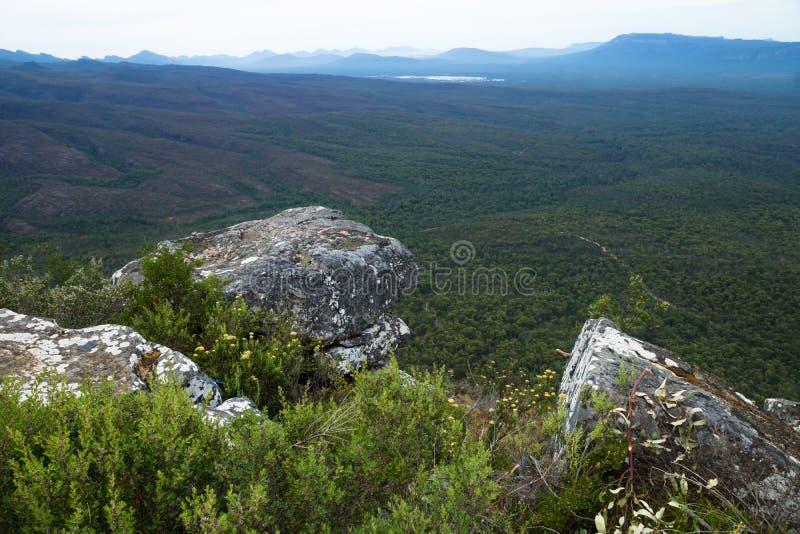 在看法前面的三块石头到在芦苇监视, Grampians,维多利亚,澳大利亚的谷里 免版税库存照片