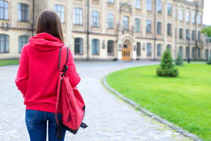 在看法看她新的地方的门紧张的害怕的被注重的青少年的人后照片画象学习佩带明亮 免版税图库摄影