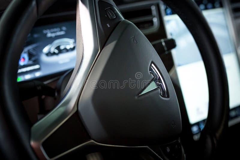 在看法里面的特斯拉豪华汽车 高技术 免版税库存图片