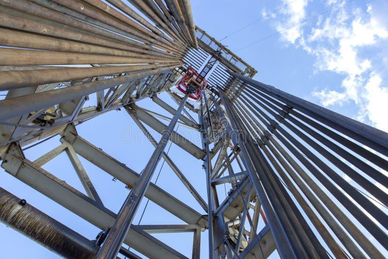 在看法里面的石油钻井船具 免版税库存图片