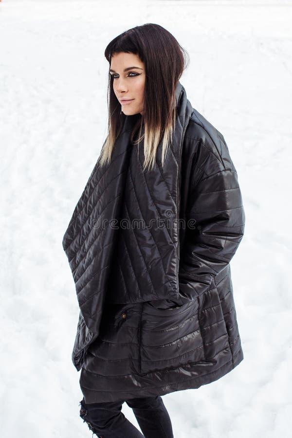 在看的雪的神气活现的式样特写镜头在旁边 免版税库存照片
