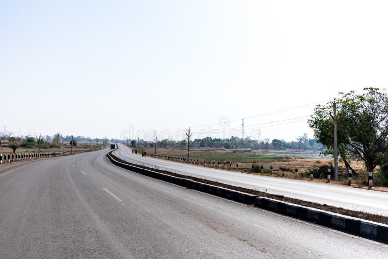 在看起来的夏季的晴天倒空印地安小镇直线双向路令人敬畏 库存图片