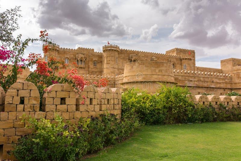 在看起来象Jaisalmer堡垒的Jaisalmer附近的现代旅馆,印度 库存图片