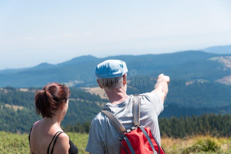 在看风景的远足的夫妇 库存照片