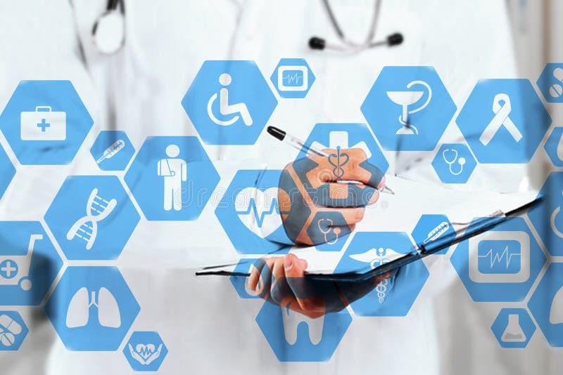 在真正屏幕和医生的医疗网络连接与听诊器在医院背景中 免版税库存照片