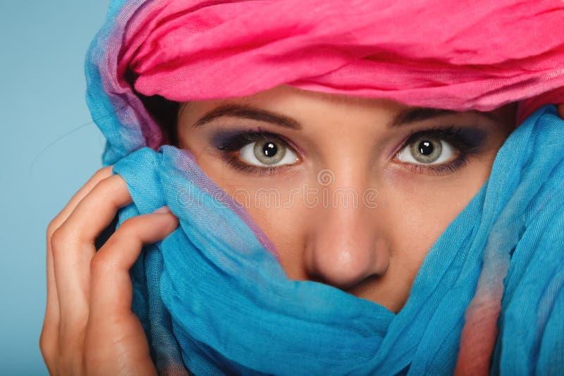 在眼睛的妇女构成hiden她的与披肩的面孔 库存照片