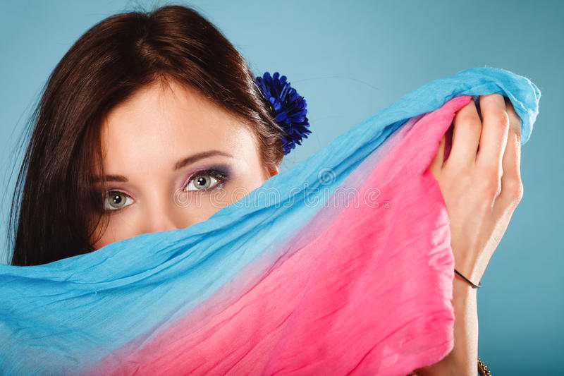 在眼睛的妇女构成hiden她的与披肩的面孔 免版税库存图片