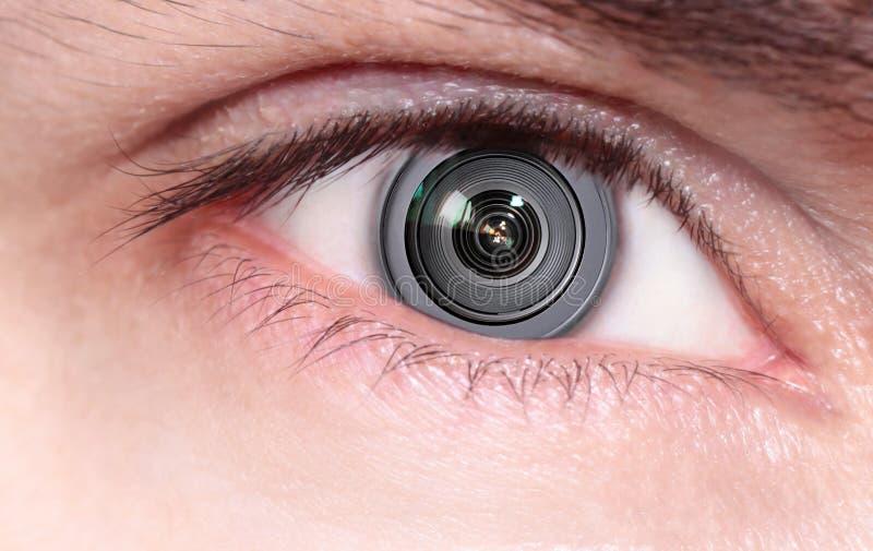 在眼睛里面的摄象机镜头 免版税库存图片