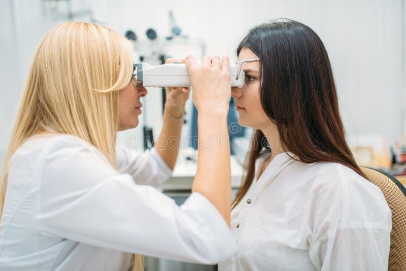 在眼镜师内阁的眼力测试,眼科学 免版税图库摄影