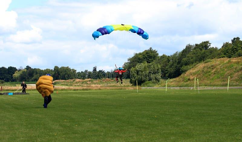 在着陆的过程中跳伞运动员在形成的跃迁以后。 免版税库存照片