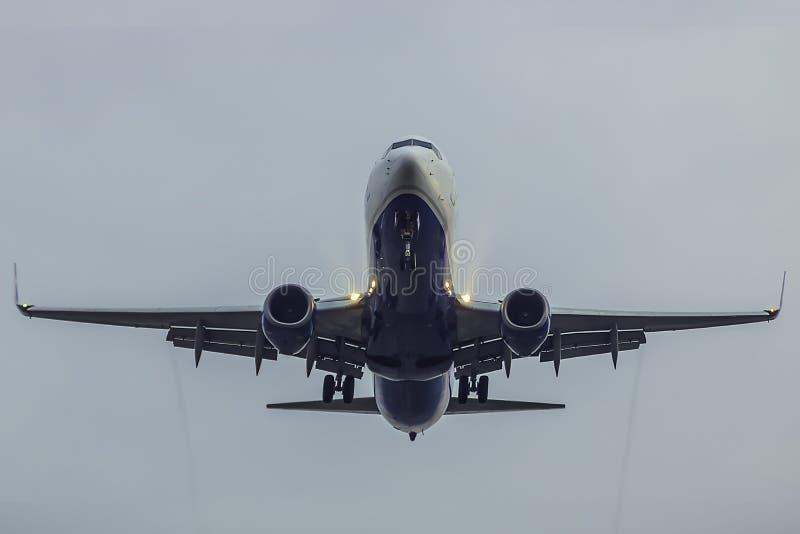 在着陆的飞机与充分的挡水板 库存图片