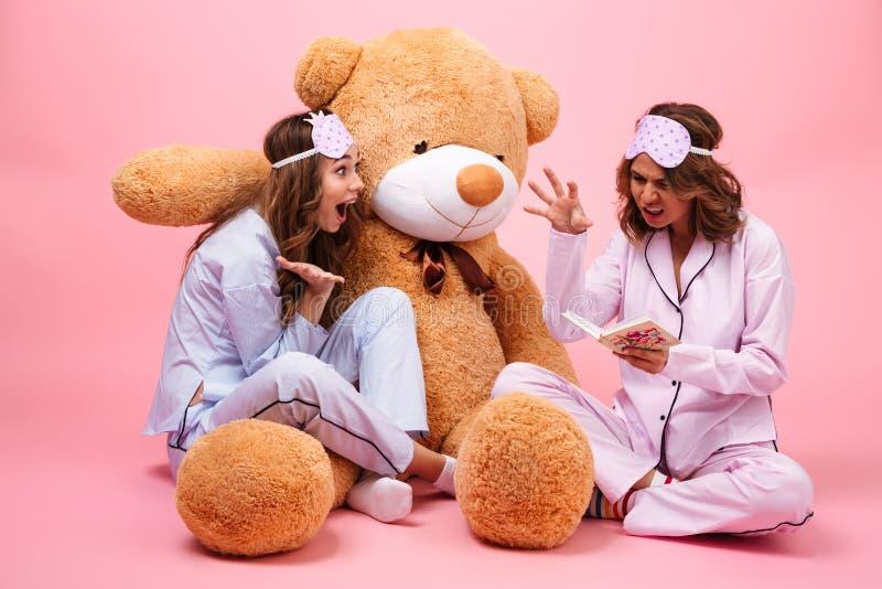 在睡衣打扮的两个快乐的女孩 库存照片