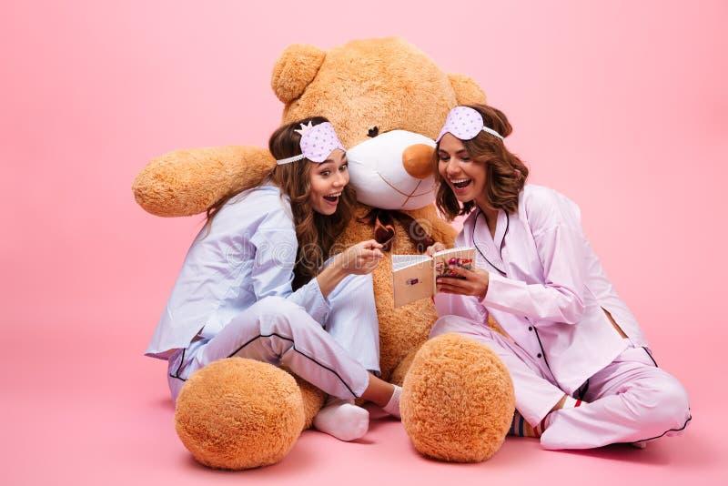 在睡衣打扮的两个快乐的女孩 库存图片