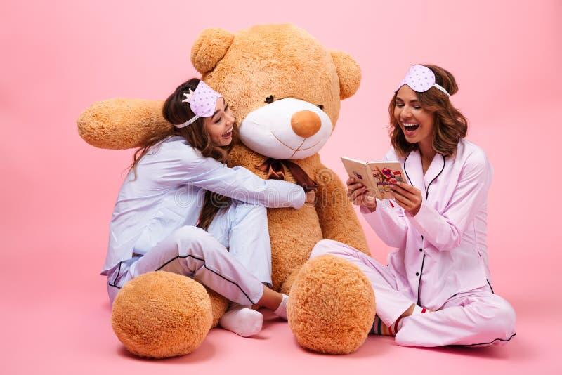 在睡衣打扮的两个樱桃女孩 免版税库存图片