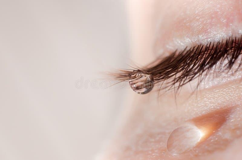 在睫毛和面颊的一滴泪花 库存图片