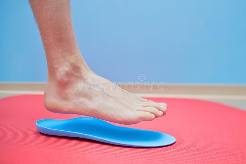 在矫形皮鞋的内底医疗脚更正的脚 图库摄影