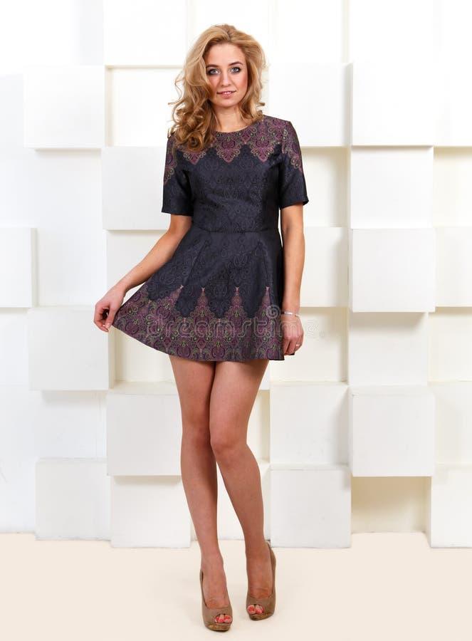 在短的礼服的性感的女性模型 库存照片